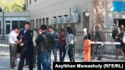 Люди около здания суда, где рассматривается дело о причастности полицейских к стрельбе в Жанаозене. Актау, 27 апреля 2012 года.