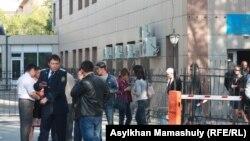 Люди перед зданием суда, где слушается дело полицейских, обвиняемых в «превышении полномочий» во время Жанаозенских событий. Актау, 27 апреля 2012 года.