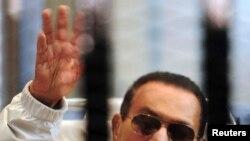 Хосьні Мубарак падчас суду 13 красавіка 2013 году.