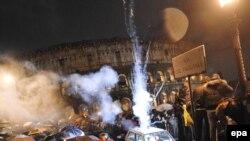 Дехто з італійців зустрічав 2010 рік під парасольками під стінами Колізею в Римі