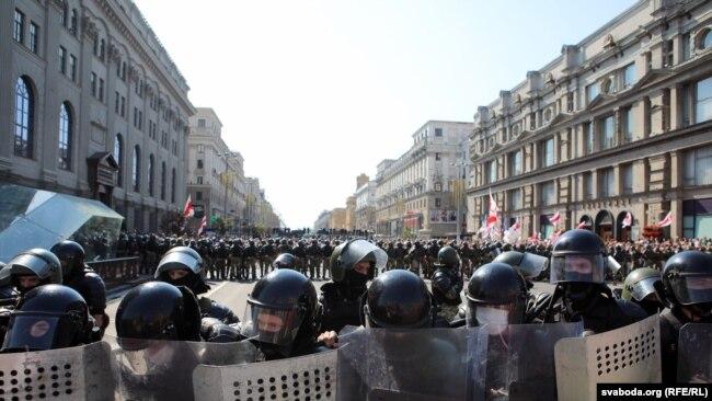 Много служители на реда бяха изкарани на улиците срещу протестиращите