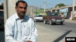 محمدیوسف رئیسی، مربی و کاپیتان سابق تیم ملی کریکت ایران که در نیکشهر بنزین فروشی میکند.