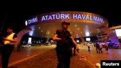 Терактіден соң Ататүрік әуежайы алдында тұрған түрік қауіпсіздік қызметкері. Стамбул, 29 маусым 2016 жыл.