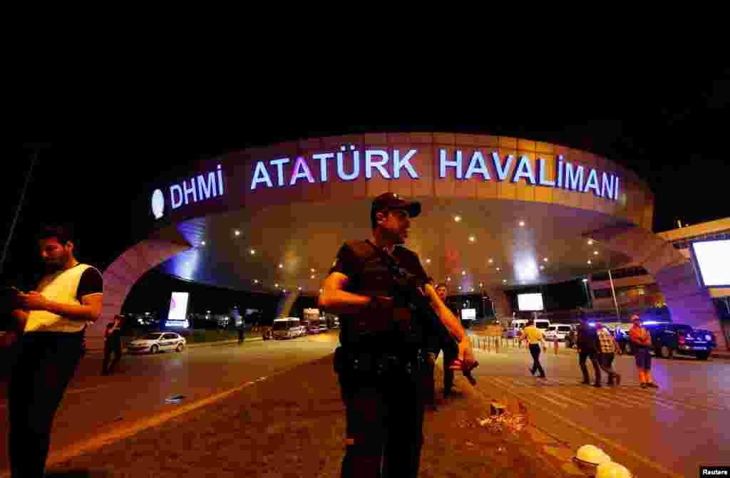 Ататүрік әуежайының сыртында тұрған күзет. Стамбул. 29 маусым 2016 жыл.