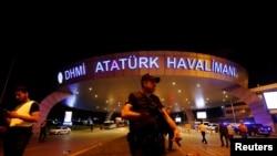 У стамбульского международного аэропорта имени Ататюрка.
