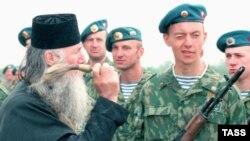 Православный священник благославляет оружие российских военнослужащих в Абхазии