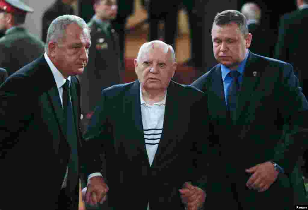 Former Soviet leader Mikhail Gorbachev (center) attends a memorial service before the funeral of former Russian Prime Minister Yevgeny Primakov in Moscow on June 29. (Reuters/Sergei Karpukhin)