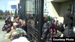 Qashqadaryo viloyati Qarshi shahrida Ipoteka bank binosi oldida odamlar plastik kartadagi pulni naqdga aylantirish uchun navbat kutmoqda, 18 mart, 2014 yil.