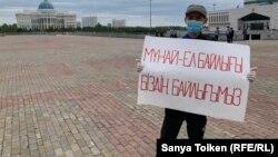 Кайрат Досмагамбетов, получивший ранение от полицейской пули во время Жанаозенских событий в 2011 году, вышел на пикет к Акорде. Нур-Султан, 25 июня 2020 года.