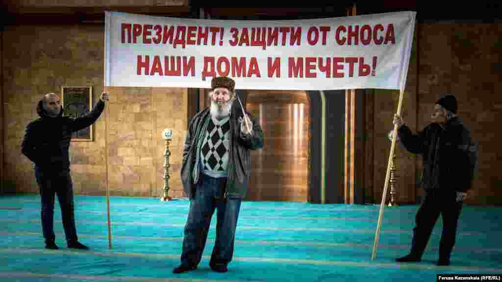 Собравшиеся активисты выставили три больших плаката с призывами к президенту России Владимиру Путину спасти их микрорайон от застройки