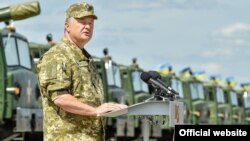 Президент України Петро Порошенко виступає перед особовим складом частин Збройних сил України, Чугуїв, Харківська область, 22 серпня 2015 року