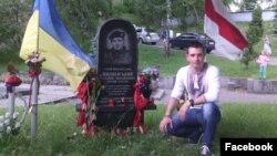 Олесь Черкашин біля меморіального знаку Михайлу Жизнєвському