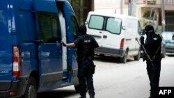 Косовалик радикал уламо Фуад Рамиқийни қўлга олиш учун унинг Приштина шаҳридаги уйига борган полиция ходимлари, 2014 йил 17 сентябрь.