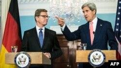 جان کری (راست) و گیدو وستروله روز جمعه در واشینگتن دیدار کردند.