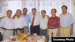 Қырғызстанның бұрынғы президенті Құрманбек Бакиев (ортада) туыстарымен бірге.