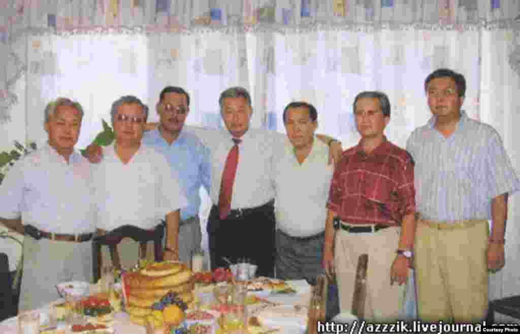 Курманбек Бакиев со своими братьями. Фото с блога Азамата Иманалиева.