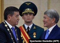 Президент Сооронбай Жээнбеков жана мурдагы президент Алмазбек Атамбаев. 24-ноябрь, 2017-жыл.