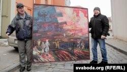 Мастак Алесь Цыркуноў (зьлева) рыхтуецца да выставы «Мы ёсьць народам!»