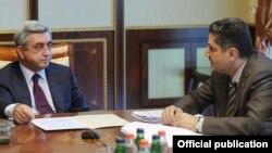 Президент Серж Саргсян (слева) и премьер-министр Тигран Саргсян во время заседания правительства (архив)
