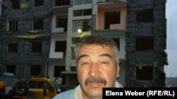 """Альберт Камуков живет в доме микрорайона """"Бесоба"""", который подлежит сносу. Караганда, 3 октября 2012 года."""