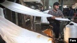 یک کارگر نساجی در ایران، عکس تزئینی است.