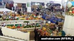 Продовольственный рынок в Ашхабаде.