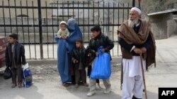 Familjet afgane presin afër kufirit të mbyllur në Pakistanit dhe Afganistanit - 17 shkurt 2017