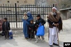 د تورخم په دروازه کې افغانان د پاکستان لوري ته د اوړېدو په حال کې دي.