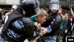 """Время Свободы 13 октября: """"Они спросили, почему мы держимся за руки"""""""