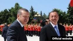 Ильхам Алиев (справа) и Реджеп Эрдоган, Баку, 27 июля 2011