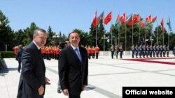 Премьер-министр Турции Реджеб Тайип Эрдоган (слева) и президент Азербайджана Ильхам Алиев