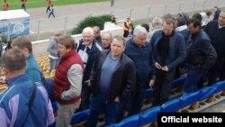 Юры Чыж на футболе (у цэнтры). Фота выданьня «Прессбол».