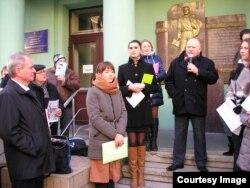 Відкриття меморіальної дошки (в центрі літературознавець Микола Жулинський)