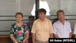 Адвокаты Ундиргенова и Адилова Ирина Осокина, Берик Жакыпов и Оркен Толебаев (слева направо) во время оглашения приговора. 1 августа 2016 года.