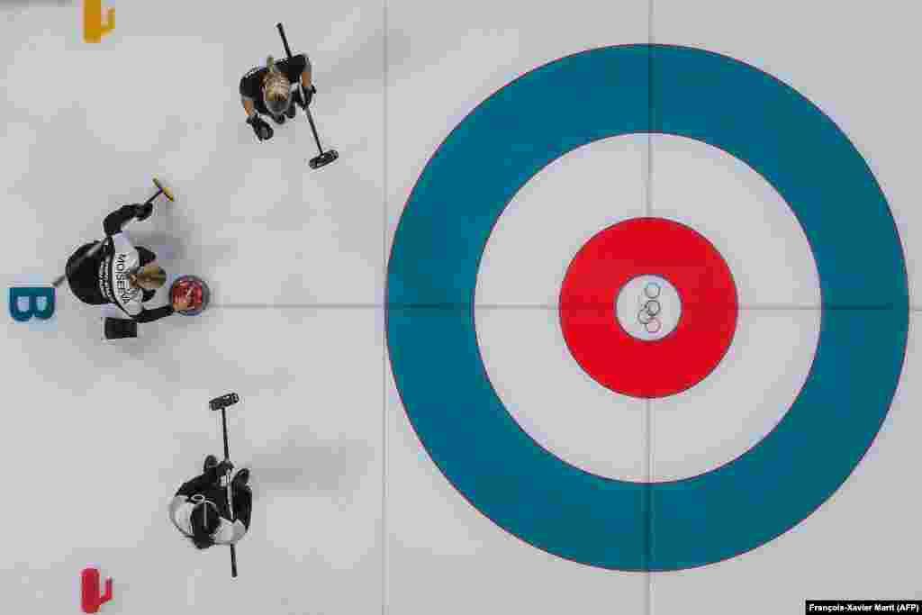 Керлінг: російські спортсменки під час жіночих змагань з керлінгу між олімпійцями з Росії та Великої Британії