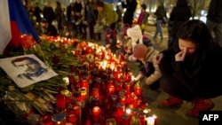Czech Republic -- People light candles at Venceslas square to pay respect to former Czech president Vaclav Havel in Prague, 22Dec2011