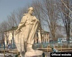 Пам'ятник Тарасові Шевченку у місті Новомиргород, Кіровоградської області (photo: http://fakty.ictv.ua)