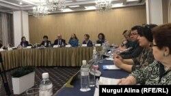"""Астанада өткен """"Қазақстандық телеарналар контентінде цифрлық технологияларды қолдану"""" атты бірінші аймақты форумына қатысушылар. 17 қазан 2017 жыл."""