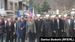 Nemi mimohod do spomen-obeležja u Šarampovu, među učesnicima i Muamer Zukorlić, muftija Islamske zajednice u Srbiji, 27. februar 2016.