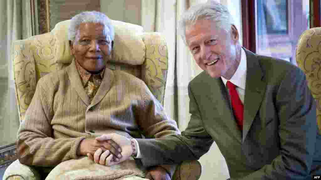Прэзыдэнт ЗША Біл Клінтан наведвае Нэльсана Мандэну ў ягоным доме напярэдадні 94-годзьдзя Мандэлы. Ліпень 2012