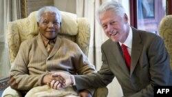Билл Клинтон у Нельсона Манделы, 17 июля 2012. Фото Фонда Клинтона