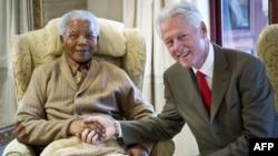 Nelson Mandela (djathtas) gjatë një takimi me ish presidentin amerikan Bill Clinton, më 17 korrik të këtij viti në Afrikën Jugore