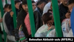 Қазақстан аумағына кіру үшін шекара бекетінде кезекте тұрған адамдар. 13 қазан 2017 жыл.