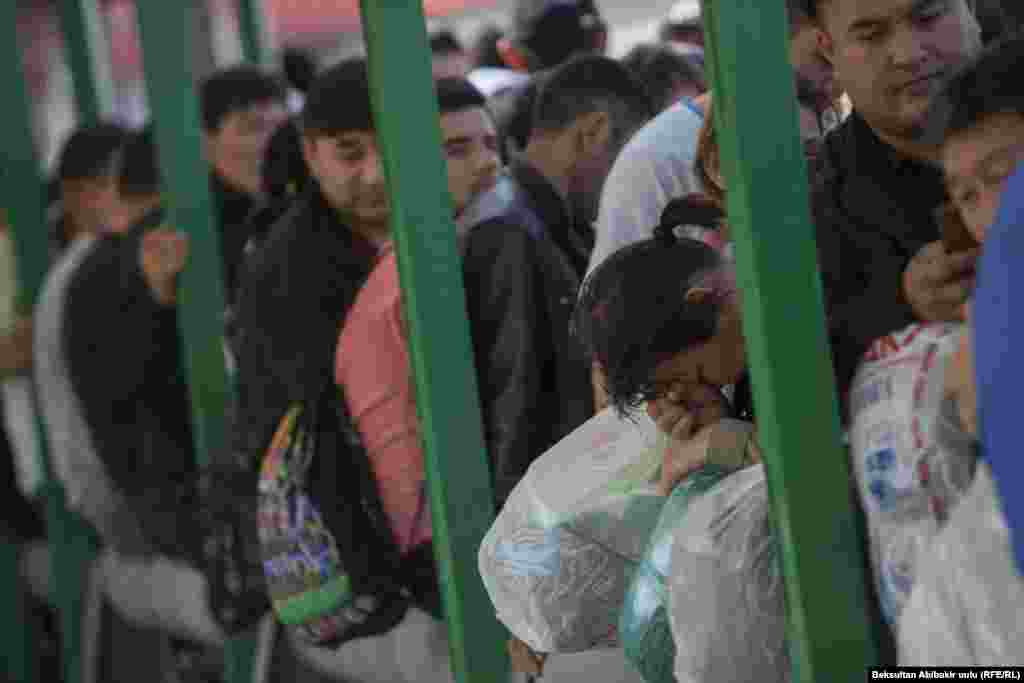 Чтобы перейти с территории Кыргызстана в Казахстан, многие простаивали в очередях по несколько часов.