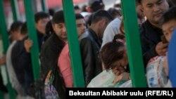 Ожидающие пропуска в Казахстан на пограничном переходе. 13 октября 2017 года..