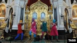 Панк-молебен в храме Христа Спасителя