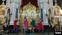 The report has been criticized for evaluating material from the published video clip that uses the Pussy Riot performance in the cathedral (above), but also material that was not uttered in the church.
