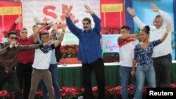 Нікалас Мадура (у цэнтры) танчыць на мерапрыемстве ягоных прыхільнікаў у Каракасе