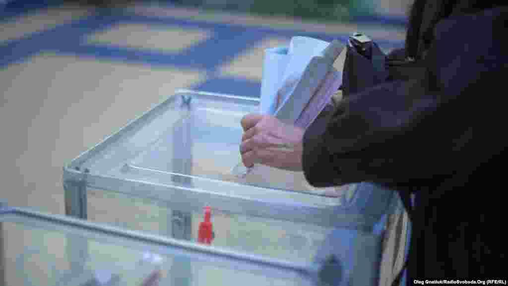 На посаду мера Києва претендують 28 кандидатів. 40 партій та блоків подали кандидатури в депутати Київської міської ради.