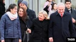 Премьер-министр Израиля Биньямин Нетаньяху со своей женой Сарой (слева) и гражданкой Израиля Наамой Иссахар и ее матерью Яффой в международном терминале аэропорта Внуково-2.